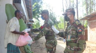 কক্সবাজারে কর্মহীন ও দুঃস্থ মানুষকে খাদ্য সহায়তাও প্রদান সেনাবাহিনীর