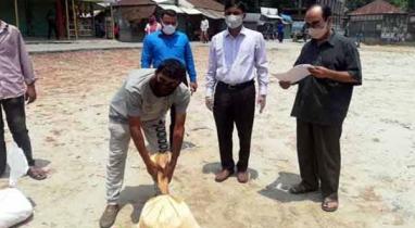 দিঘলিয়ায় প্রধানমন্ত্রীর খাদ্য সহায়তা পেল কর্মহীন মাঝিরা